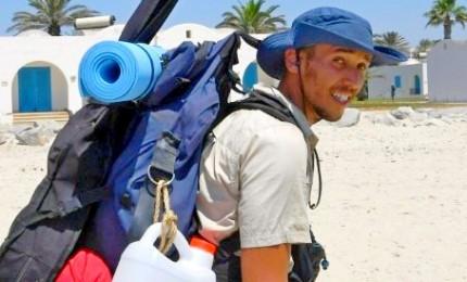 Mohamed, 300 km a piedi per pulire 300 spiagge in Tunisia