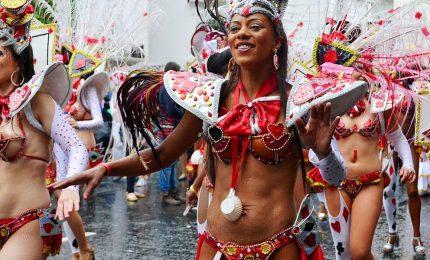 A Londra impazza il carnevale di Notting Hill, colori e i balli per strada