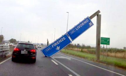 Cartello stradale cade sulla Firenze-Pisa-Livorno