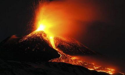 Eruzioni, lava e cenere dal nuovo cratere di sud-est dell'Etna