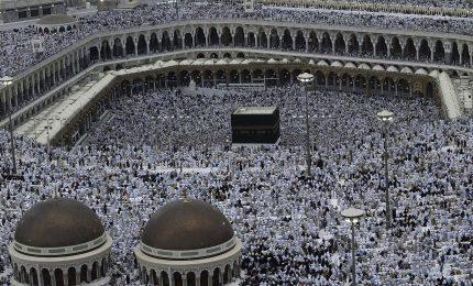 Migliaia di persone pregano intorno alla Kaaba alla Mecca