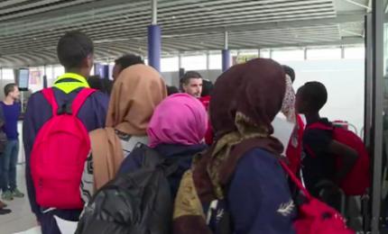 Sbarcati a Parigi 59 migranti che erano sull'Aquarius
