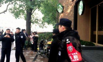 Crolla insegna in strada sulla folla, tre morti a Shanghai