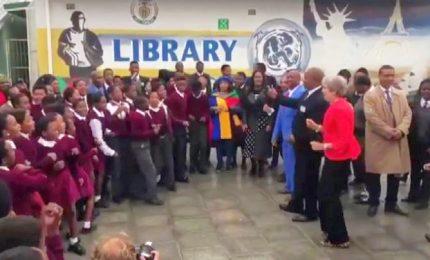 Theresa May balla con gruppo di studenti a Città del Capo