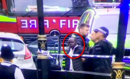 Auto travolge transenne fuori parlamento a Londra, un arresto