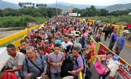 """Migliaia di profughi verso il Brasile, Temer """"sbarra"""" la frontiera con Venezuela"""
