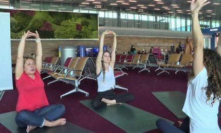 Partire rilassati, yoga ai gate negli aeroporti