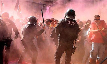 Barcellona, scontri tra polizia e indipendentisti catalani