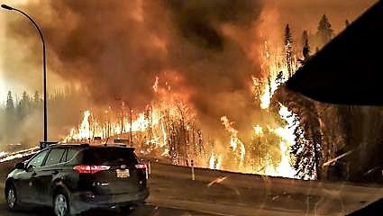 Canada, la lotta dei vigili del fuoco con il tornado di fuoco