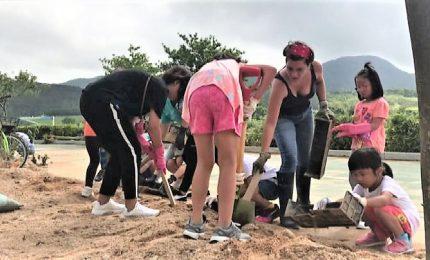 Il tifone su Hong Kong, ma gli abitanti la ripuliscono