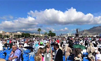 """Papa a Palermo, in migliaia ad accoglierlo: """"Chiediamo pace"""""""