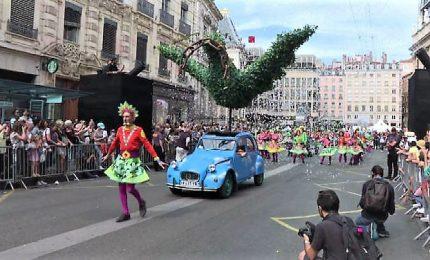 Lione danza per la pace, migliaia di persone ballano in strada
