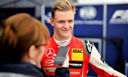 Mick Schumacher alla guida della Ferrari del padre a Hockenheim
