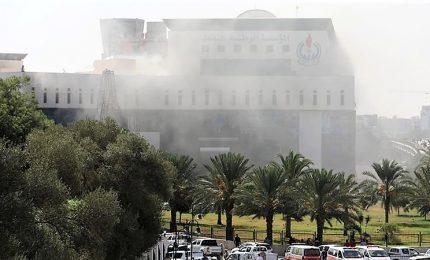 Libia, presa d'assalto sede Compagnia nazionale petrolifera a Tripoli. Morti 4 kamikaze. Per la polizia c'è la mano dell'Isis