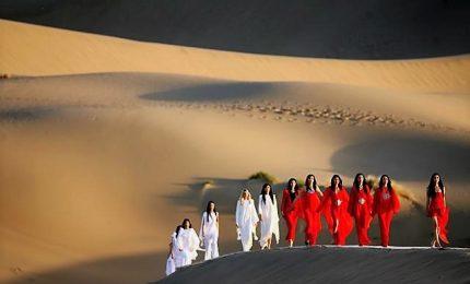 Spettacolare sfilata Pierre Cardin sulla Grande Muraglia cinese
