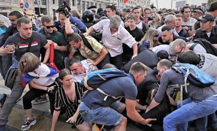 Scontri per riforma pensioni, 839 fermati. Crolla popolarità di Putin