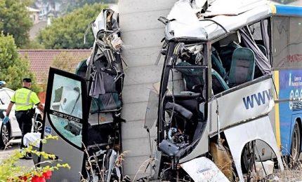 Spagna, autobus si schianta contro pilastro di un ponte. Cinque 5 morti