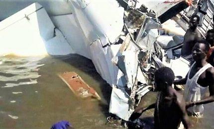 Si schianta aereo in un lago, 19 morti. Quattro sopravvissuti tra cui un medico italiano
