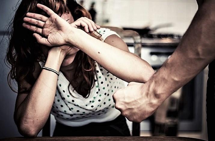 Calci e pugni alla moglie in garage, arrestato a Forli'