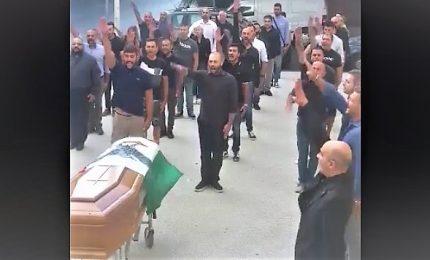 Saluto fascista al funerale del prof: camerata, presente