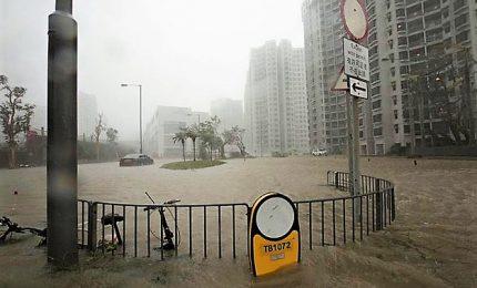 Il tifone Mangkhut tocca terra in Cina e fa le prime vittime dopo aver ucciso 64 persone nelle Filippine