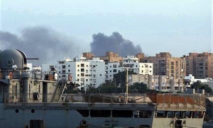 Sale bilancio vittime a Tripoli, almeno 50 morti. Ripresi anche i lanci di razzi