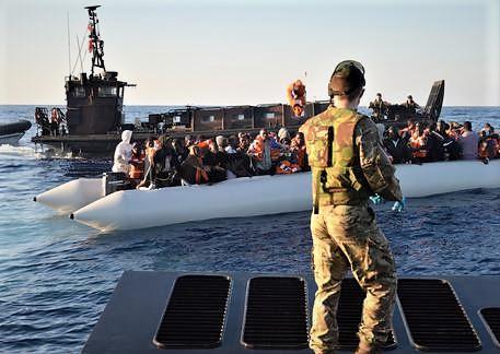 Barca con venti migranti alla deriva intervengono i libici