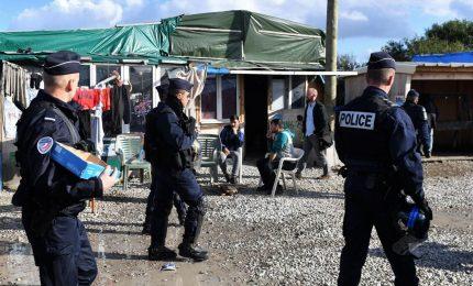 Francia, polizia sgombera il campo profughi di Dunkerque