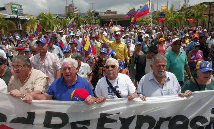 """I venezuelani in piazza: """"Chiediamo pagamento pensioni in contanti"""""""