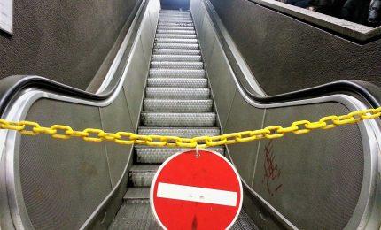 Cade dalle scale mobili della metro, morto 29enne a Torino
