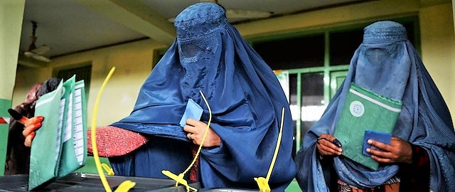 Sangue sul voto in Afghanistan, cresce il tragico bilancio: almeno 67 morti. I talebani attaccano i seggi
