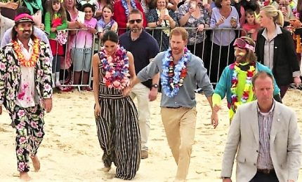 Harry e Meghan scalzi tra i surfisti a Bondi Beach