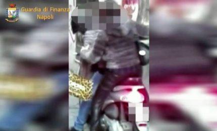 Girava in scooter per i vicoli di Napoli: arrestato falso cieco
