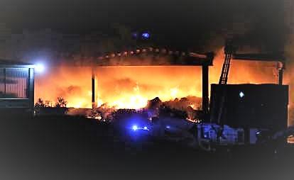 Incendio in un deposito rifiuti a Milano, fiamme a 40 metri