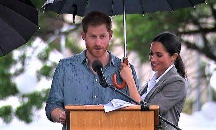 Meghan rompe ancora il protocollo e regge l'ombrello a Harry