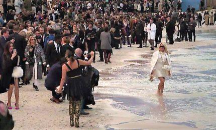 Parigi, sfilata in spiaggia per Chanel. C'è anche Pamela Anderson