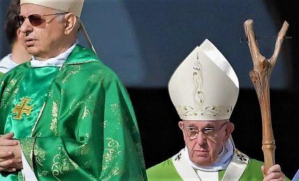 Il Papa saluta i vescovi cinesi al Sinodo e si commuove