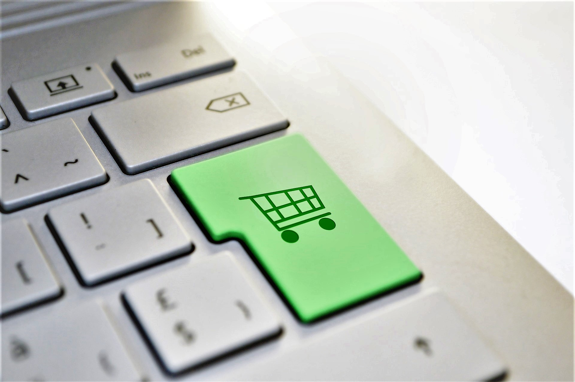 Gli italiani acquistano sempre di più online: l'e-commerce vola a 27,4 miliardi di euro
