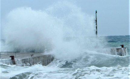 Venti forti e violenta mareggiata, isolata Capri