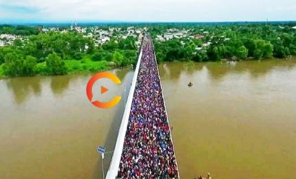 Migliaia di migranti in marcia sul ponte tra Guatemala e Messico