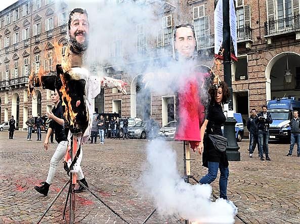 Studenti in piazza, a fuoco manichini Salvini-Di Maio