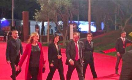 Raggi concede selfie sul red carpet della Festa di Roma
