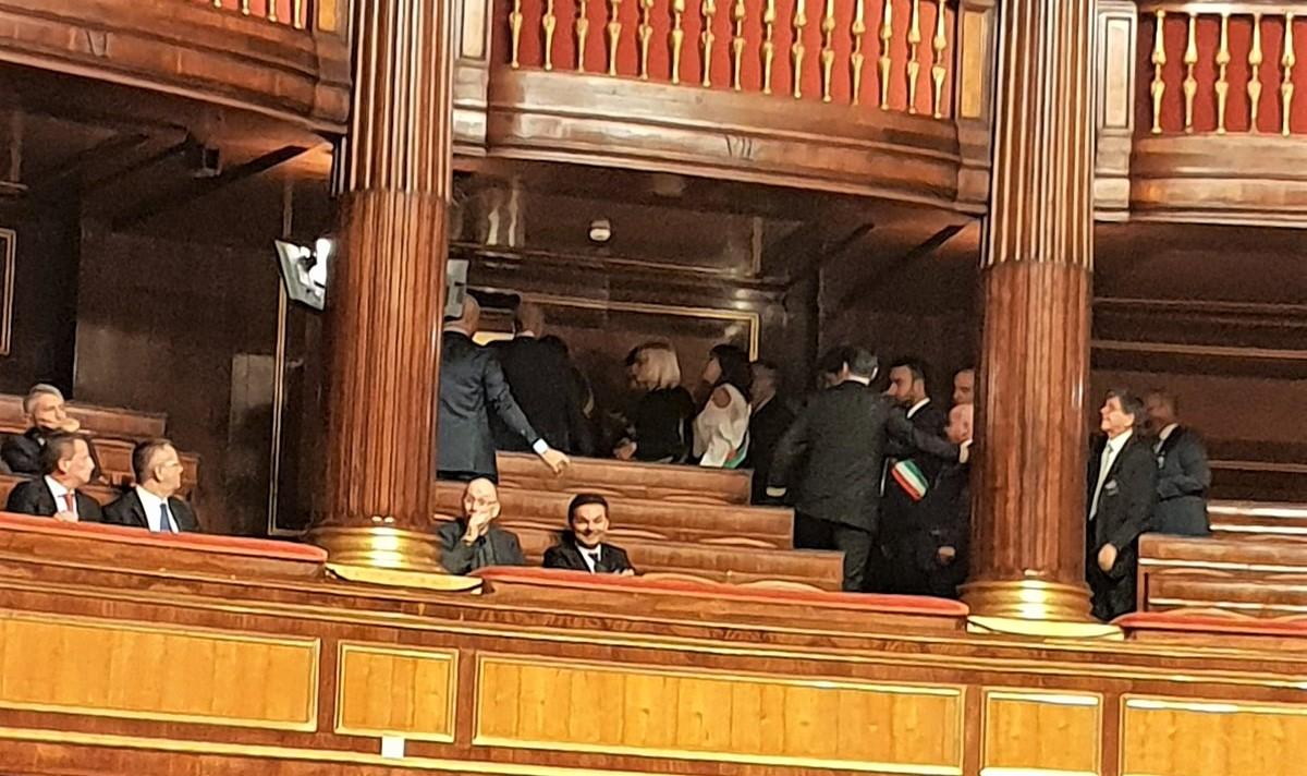 """Senato, Taverna espelle i sindaci che protestano su blocco fondi periferie. Pd: """"Scandaloso"""""""