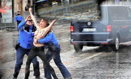 Femen a seno nudo a pochi metri da auto Trump