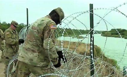 Filo spinato contro migranti, soldati a lavoro in Texas