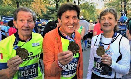 Migliaia alla maratona di New York, c'è anche Gianni Morandi. Vincono Desisa e Keitany