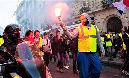 "In Francia la protesta dei ""gilet gialli"" contro caro benzina"