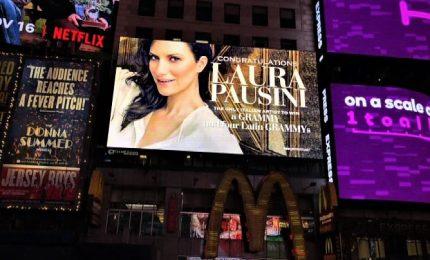 """""""Congratulations"""", un'insegna per Laura Pausini a Times Square"""