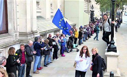 Londra, una lunga catena umana contro la Brexit