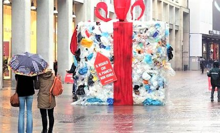 Greenpeace, pacco dono rifiuti contro Black Friday